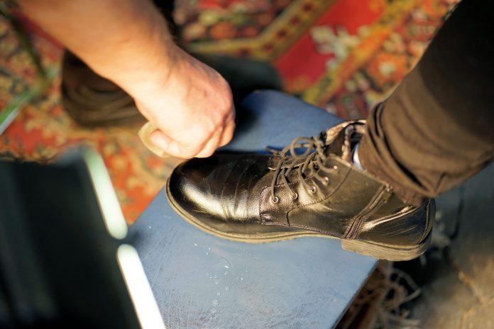 Cara membersihkan sepatu dengan mudah dan efektif