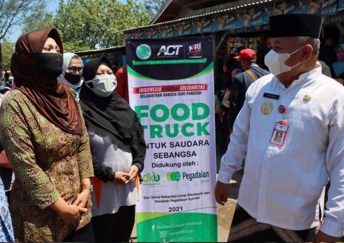 ACT Bagikan Makanan Gratis di TPA Menggunakan Food Truck
